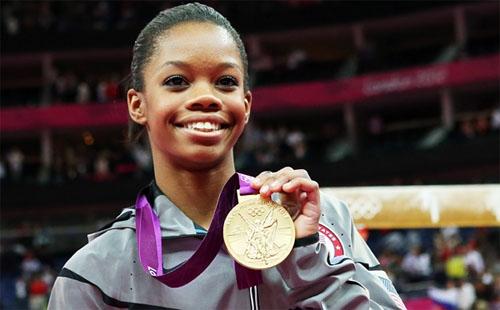 Gabrielle Douglas con la medalla de oro