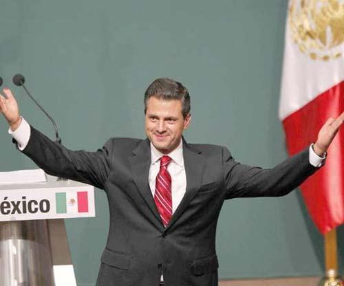 Enrique Peña Nieto con canas sonriendo