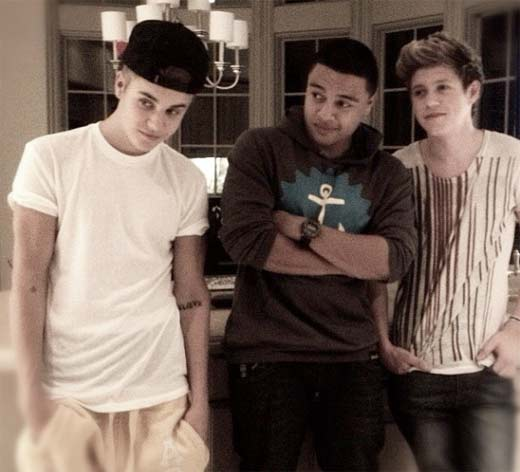 Justin Bieber posando junto a One Direction después de invitarlos a cenar