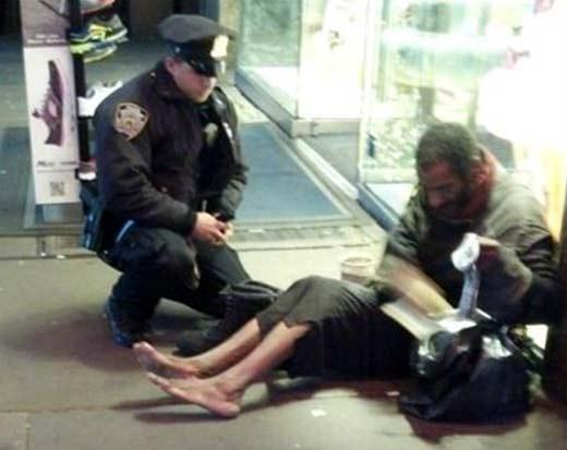 Lawrence DePrimo, policía que obsequia unas botas a vagabundo quien tenía frío