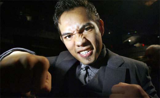 Nonito Donaire en traje mostrando sus poderosos puños de boxeador