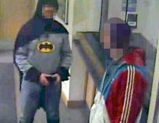 Batman Inglés entrega delincuente a la policía