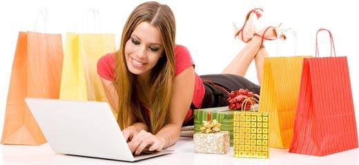 Chica sexy comprando en Internet y aprendiendo a vender en línea