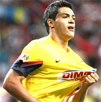 Raúl Jiménez, goleador del América contra las Chivas
