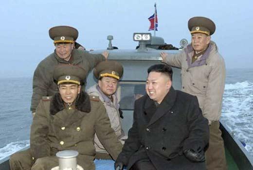Kim Jong-Un en un barco de guerra junto a militares