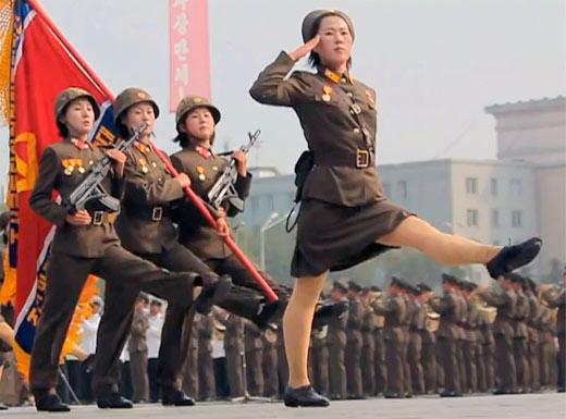 Ejercito femenino de Corea del Norte marchando por la guerra