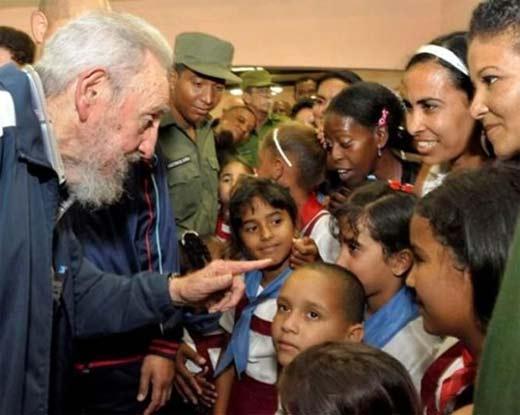 Fidel Castro habla con los niños, vecinos, maestros y encargados