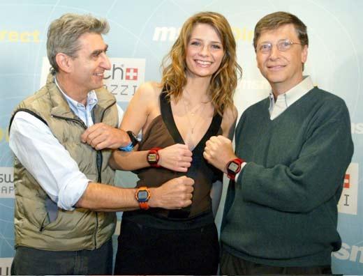 Bill Gates posando con smartwatch, un mercado que a Microsoft quizás le importe