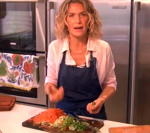 Maru Botana cocinando falsa receta mexicana y causa indignación