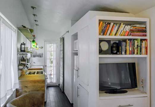 Interior de la casa de Macy Miller pintada de blanco