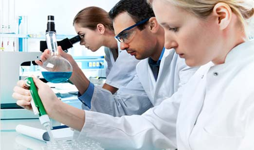 Cientificos trabajando con crema y gel de nanopartículas de plata