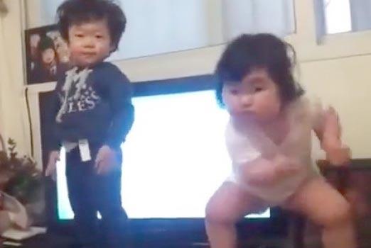 Bebes Surcoreanos bailando de forma graciosa