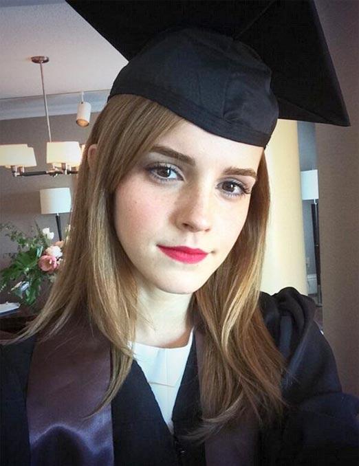 Emma Watson en traje de graduación, obtiene su grado universitario