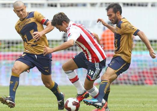 Chivas de Guadalajara vs Pumas de la UNAM en el estadio olímpico universitario