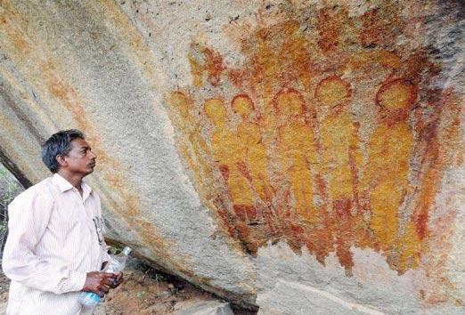 Observando las pinturas rupestres que contienen Ovnis y extraterrestres