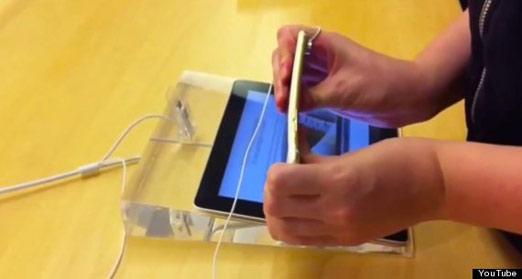 Adolescentes doblan iPhone 6