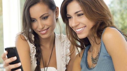 Chicas utilizando smartphones en el mundo