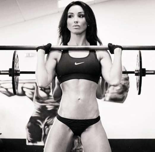 Abby Pell levantando pesas haciendo ejercicio