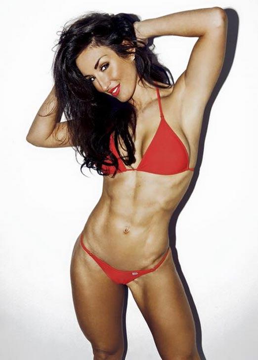 Abby Pell sensual en bikini rojo enseñando su perfecto abdomen