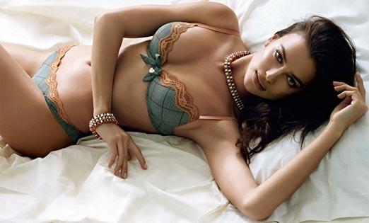Irina Shayk acostada en lencería sexy y sensual