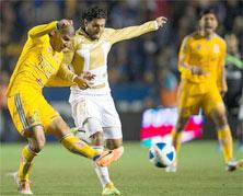 Tigres enfrenta a Pumas en el Estadio Universitario
