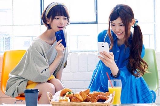 Chicas posando con el HTC One M9 para promocionar el smartphone