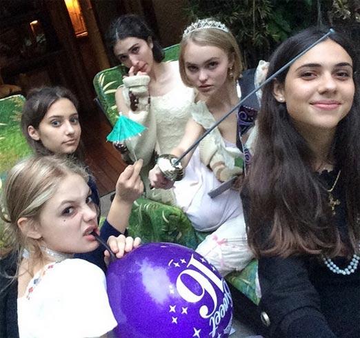 Lily-Rose Melody Depp con algunas amigas al celebrar su cumpleaÑos 16