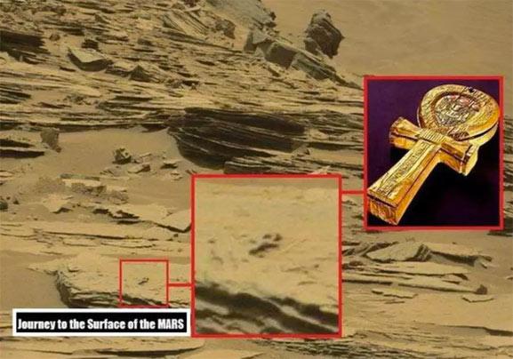 Imagen de Marte que muestra una cruz de piedra estilo egipcia