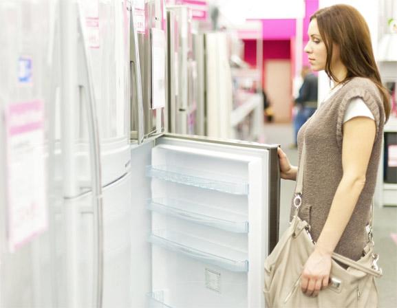 Mujer eligiendo un refrigerador al mejor precio y con la mejor calidad