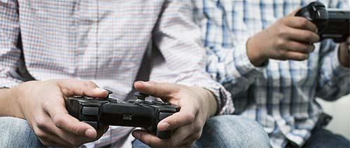 Chicos jugando videojuegos
