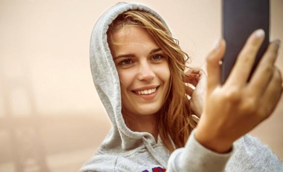 Chica smartphone que prefiere su teléfono